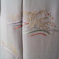 【袷】薄梅鼠(うすうめねず)色地 波兎文刺繍附下げ