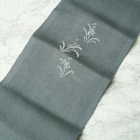 【半衿】煤色 すすいろ地 草花文 アンティーク刺繍半衿