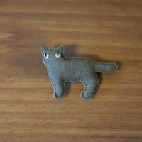 ブローチ グレー猫 横