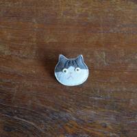 猫ブローチ サバトラ白 顔2