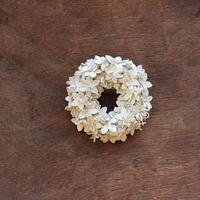 白い花のリングブローチ