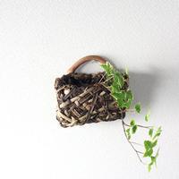 沢胡桃の壁掛け籠 / 乱れ編み / 山葡萄の枝ハンドル / 花器や小物入れに