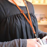 saji・牛革ボタンのネックストラップ