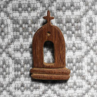 テルセイラ島の木彫りのブローチ/インペリオ(B)