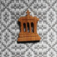 テルセイラ島の木彫りのブローチ/インペリオ(C)