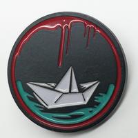 """【USA直輸入】 IT  イット """"それ""""が見えたら、終わり。 ペニーワイズ  折り紙の船 ラペル ピン ホラー 映画 赤い風船   ピンズ ピンバッジ"""