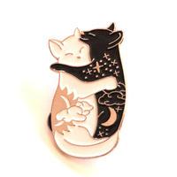 仲良しカップル白猫さんと黒猫さんのピンバッチ