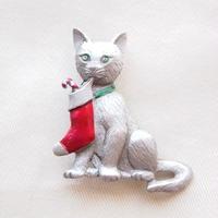JJ ヴィンテージブローチ 赤いクリスマスソックスと猫