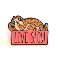 Live Slow ゆっくり生きよう ナマケモノのバッジ/ブローチ