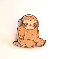 音楽好きさんのためのバッジ/ブローチ  音楽を聞いているナマケモノ