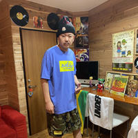 【KISHIWADA CITY】BOX ひらがなTAG Classic T-Shirt (FLOWERNAVY×MUSCATYELLOW)