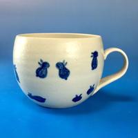 【M034】丸いフォルムの豆うさぎ柄の小マグカップ(呉須手描き・うさぎ印)