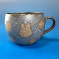 【M041】丸いフォルムのうさぎ水玉模様のマグカップ小(マット小豆色・うさぎ印)