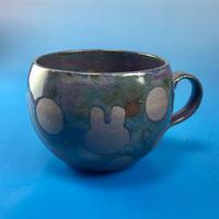 【M027】丸いフォルムのうさぎ水玉模様のマグカップ小(赤紫茶系・うさぎ印)