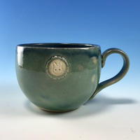 【M217】海の色のマグカップ大(エンブレム付き・うさぎ印)