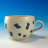 【M174】丸いフォルムの豆うさぎ柄のマグカップ小(呉須手描き・うさぎ印)