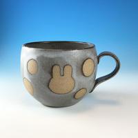 【M295】丸いフォルムのうさぎ水玉模様のマグカップ小(灰透明・赤土・うさぎ印)