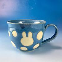 【M129】広口のうさぎ水玉模様のマグカップ大(淡青白土・うさぎ印)