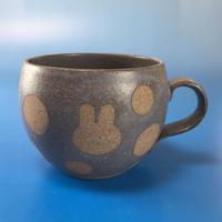 【M028】丸いフォルムのうさぎ水玉模様のマグカップ小(マット小豆色・うさぎ印)
