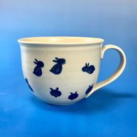 【M053】広口の豆うさぎ柄の大マグカップ(呉須手描き・うさぎ印)