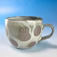 【M143】丸いフォルムのうさぎ水玉模様のマグカップ小(白マット赤土・うさぎ印)