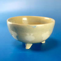 【K010】うさぎ柄の手びねり足付き小鉢(透明感のある淡いブルー)
