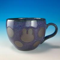 【M164】丸いフォルムのうさぎ水玉模様のマグカップ小(淡青赤土・うさぎ印)