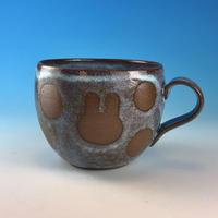 【M284】丸いフォルムのうさぎ水玉模様のマグカップ小(淡水乳濁・赤土・うさぎ印)