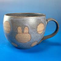 【M043】丸いフォルムのうさぎ水玉模様のマグカップ大(マット小豆色・うさぎ印)