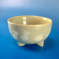 【K007】うさぎ柄の手びねり足付き小鉢(透明感のある淡いブルー)