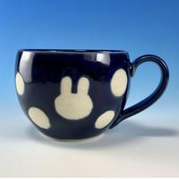 【M211】丸いフォルムのうさぎ水玉模様のマグカップ大(ネイビー・うさぎ印)