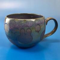【M029】丸いフォルムのうさぎ水玉模様のマグカップ大(赤紫茶系・うさぎ印)