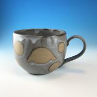 【M294】丸いフォルムのうさぎ水玉模様のマグカップ大(灰透明・ロップ・赤土・うさぎ印)