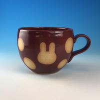 【M308】丸いフォルムのうさぎ水玉模様のマグカップ小(ボルドー・うさぎ印)