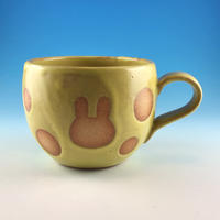 【M321】丸いフォルムのうさぎ水玉模様のマグカップ小(イエロー・うさぎ印)