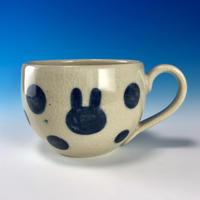 【M237】丸いフォルムのうさぎ水玉模様のマグカップ大(呉須手描き・うさぎ印)