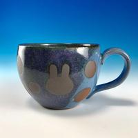 【M247】丸いフォルムのうさぎ水玉模様のマグカップ大(淡青赤土・うさぎ印)