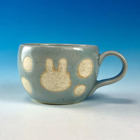 【M253】丸いフォルムのうさぎ水玉模様のデミカップ(青白磁・うさぎ印)