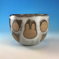 【F046】うさぎ水玉模様のフリーボウル(マットホワイト・赤土・うさぎ印)
