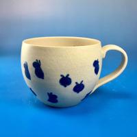 【M085】丸いフォルムの豆うさぎ柄の大マグカップ(呉須手描き・うさぎ印)