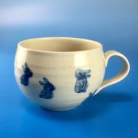 【M023】丸いフォルムのうさぎ柄のマグカップ小(呉須手描き・うさぎ印)