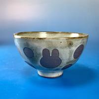 【G015】うさぎ水玉模様のご飯茶碗(白マット赤土・うさぎ印)
