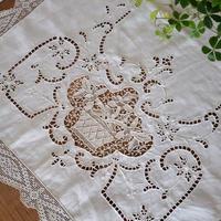 カットワーク刺繍とフィレレースのテーブルランナー
