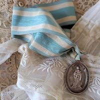 ブルーのリボン付きメダル