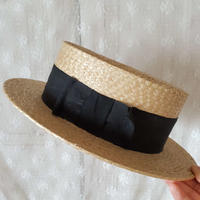 黒リボンのカンカン帽