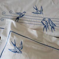 ツバメ刺繍のベビーシーツ&ピローケース