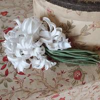 淡いブルーの布花コサージュ