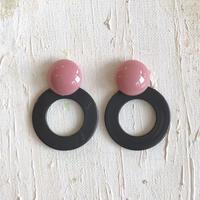 ピンクの丸いピアス