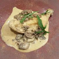 鹿児島県産 骨付き鶏もも肉とマッシュルームのクリーム煮