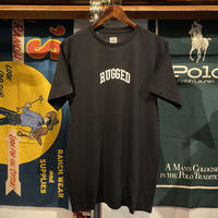 "【WEB限定/残り僅か】RUGGED on HUF ""SMALL ARCH""  cotton tee (Black)"